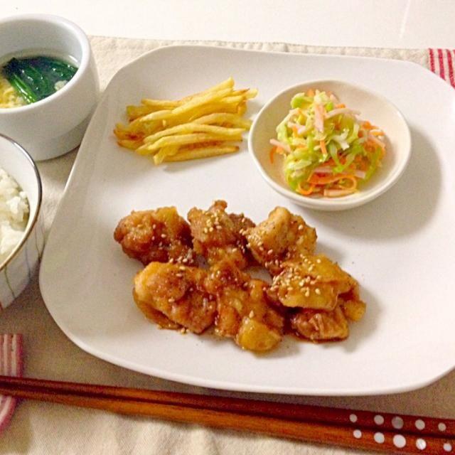 先日作った鶏の手羽先の甘辛ダレを食べやすく鶏もも肉でアレンジ。うーん。ちょっと固かった…。手羽先だから美味しいのかなぁ。もう少し改善の余地ありです - 13件のもぐもぐ - 鶏の唐揚げ甘辛ダレかけ・フライドポテト・コールスロー・中華スープ by accachan096Y1
