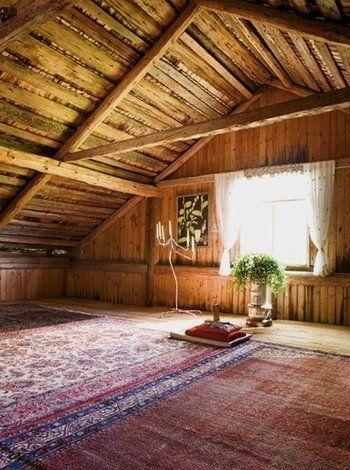 大きく組んだ屋根組の天然木がダイナミックで美しい建物。素朴な屋根裏を利用した、ゆとりのあるリビング空間です。敷物をしいてお部屋に仕立てたシンプルな空間は、リラックスしたり、イメージを膨らませるお部屋になりそうです。