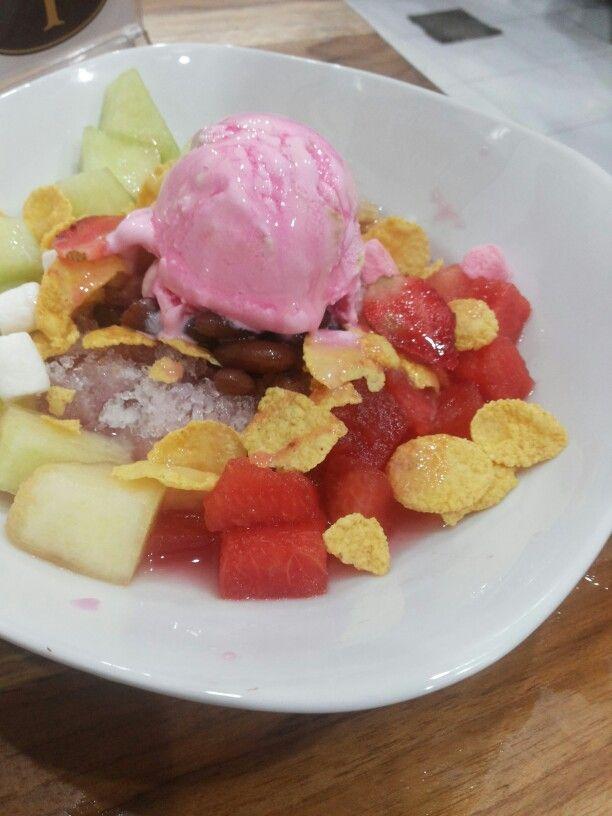 Fruits ice with strawberry ice cream