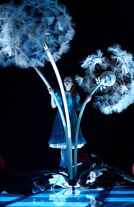 Alice - Through the Looking-Glass in Moscow Theater - use of lighting with a prop. Creates a magical atmosphere, interactive