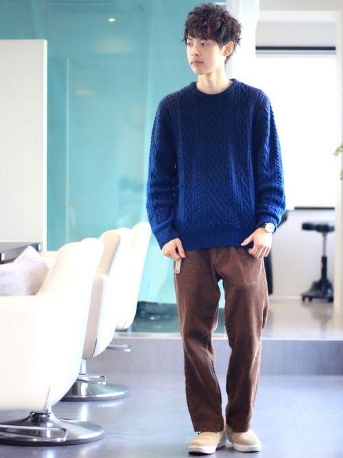 ゆるさを出した休日スタイル✌️ 青ニット×ブラウンパンツの組み合わせがお気に入り! さらにベージュを