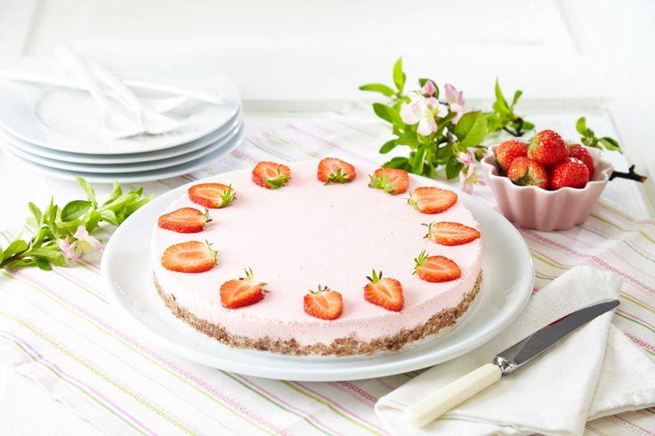 En bunn med havregryn og mørk sjokolade. Ostefromasj med syrlig smak av jordbær. Hele bær på toppen. Mer innbydende, smakfull og lekker kan en ostekake nesten ikke bli.