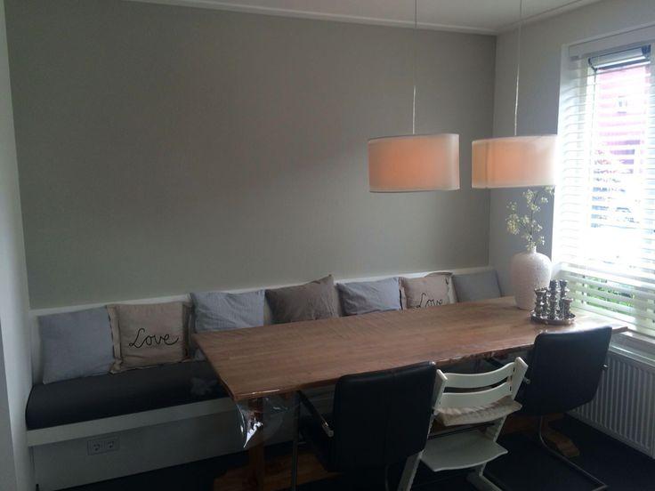 Wandbank mdf, afgelakt in kleur 9010. Realisatie en ontwerp v bank en matraskussen: Www.meubelenmaatwerk.nl /www.steigerhoutenzo.nl