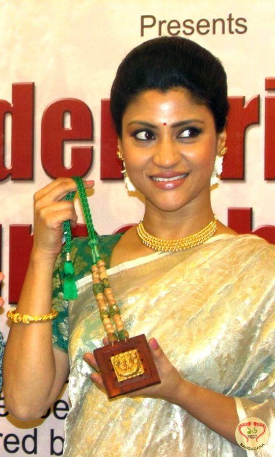 Konkona Sen Sharma Style Statement Exudes Bangaliana; Launched Bishnupur Gold Jewelry Collection of Shyam Sundar Co. : http://sholoanabangaliana.in/blog/2014/03/01/konkona-sen-sharma-style-statement-exudes-bangaliana-launched-bishnupur-gold-jewelry-collection-of-shyam-sundar-co/#ixzz2vHz3XHnm