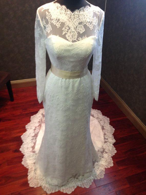 Superbe Chantilly Lace mariage robe par WeddingDressFantasy sur Etsy