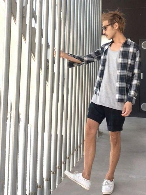 モノトーンにチェックシャツで都会のサーフスタイリングに。サーフタイプのサーフ系のコーデ。海の男のスタイル・ファッションのアイデア。