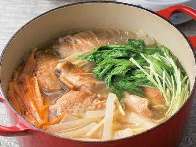 鶏手羽と春雨のコクうま鍋 | ホロホロに煮込んだ手羽中がたまらなくおいしい!スープがしみこんだ大根と春雨もうまみたっぷりですよ。