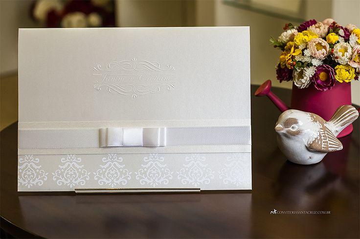 Convite de casamento clássico e elegante com brasão exclusivo.