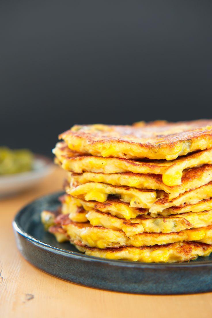 Gyldne pletter med gule spetter Maispannekaker er vanvittig godt og utrolig enkelt å lage. Kjøp deg en boks hermetiske maiskorn, og prøv pannekakene som snacks eller tilbehør til en chiligryte. Her er oppskriften! http://www.gastrogal.no/maispannekaker/ #Kosemat, #Mais, #Maispannekake, #Meksikansk, #Pannekake, #Tilbehør, #Vegetarisk