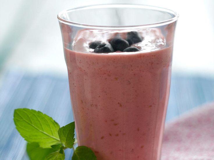 Naturell yoghurt tykner drikken og gjør den mer mettende. Blåbær gir en lekker farge samtidig som de er en viktig kilde til antioksidanter.Kilde: Stavanger Aftenblad. Illustrasjonsfoto: Colourbox.no