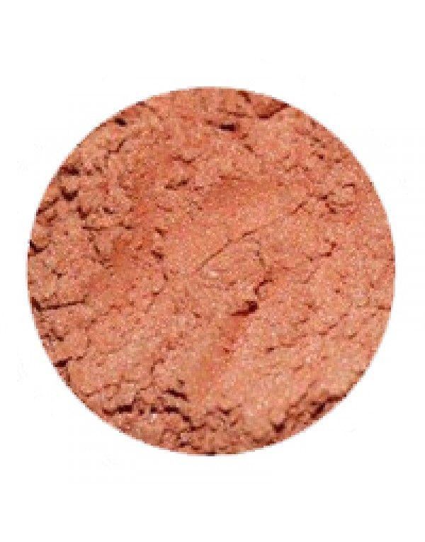 Erth Silt øyenskygge er en gyllen og perlemorsskimrende farge som gir en myk glød. Den fungerer godt både som basefarge og alene.