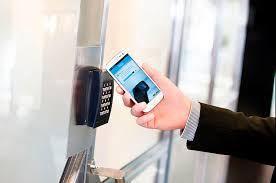 In qualsiasi tipo di serratura, uno scrocco o bullone è fatto attraversare l'apertura tra il lato della porta e lo stipite, impedendo l'accesso.