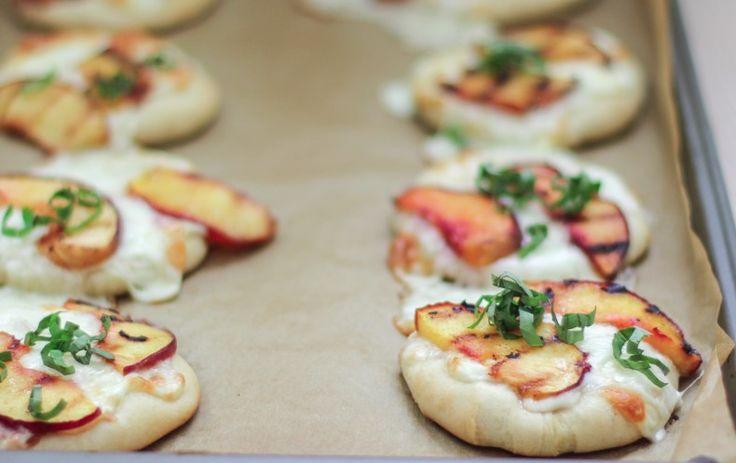 mini pizzas aux pêches et au basilic (avec recette) / Mini Peach & Basil Pizzas (with recipe)