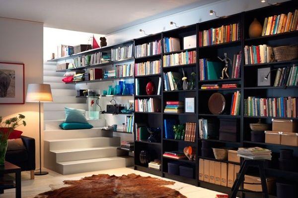 Полки для книг на лестнице