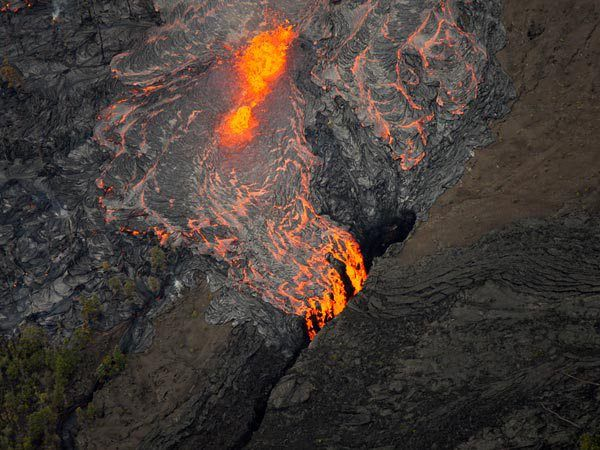 Lava flows from Pu'u 'O'o – Photograph by Tim Wright, AP