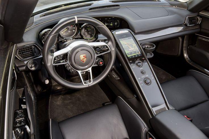I ratten finns de mest vitala reglagen. Kolfiber och läder i en härlig mix.