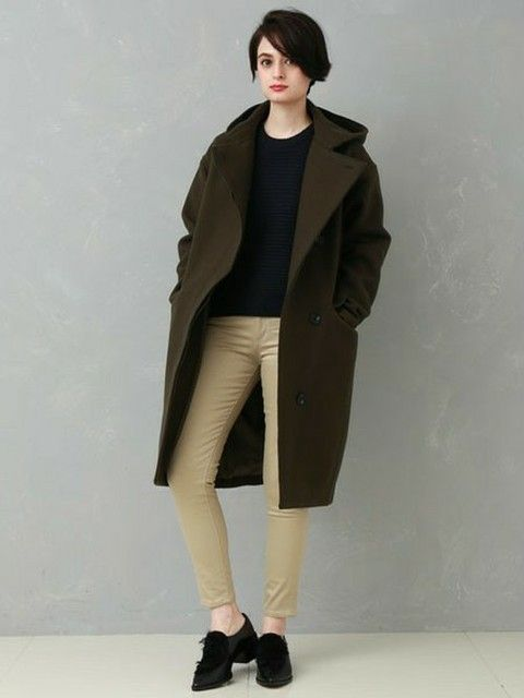 黒カットソーと黒革靴にコート