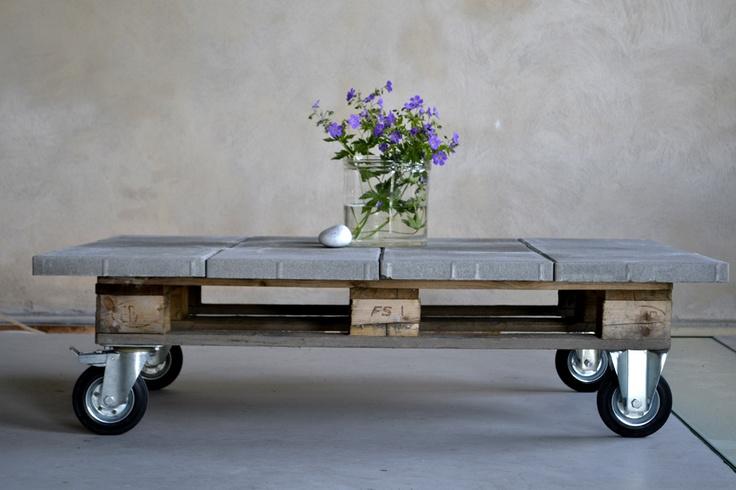 Soffbord gjort av en gammal lastpall. Klicka på bilden och se hur enkelt du själv kan ett bord som det här. Foto: TV4