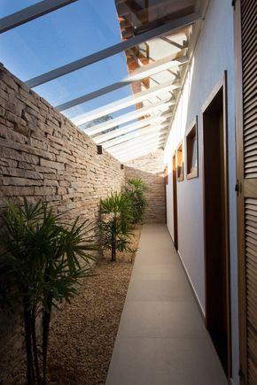 corredor atrás da casa, telhado de vidro, plantas, conceito de portas e acessibilidade.
