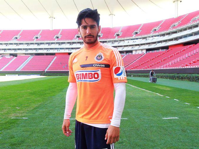 RAFAEL MÁRQUEZ LUGO QUEDA FUERA CINCO MESES MÁS    El delantero de Chivas, Rafael Márquez Lugo es operado nuevamente en Chivas y queda fuera por cinco meses más. En la rodilla izquierda le fue implantado cartílago. Rafael Márquez Lugo cumplirá casi un año sin jugar.