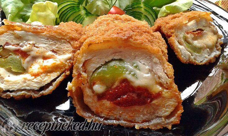 Hozzávalók: 4 csirkemell filé 4 szelet trappista sajt 15 dkg paprikás szalámi 2 hegyes erős paprika só A panírozáshoz: 20 dkg finomliszt 3 tojás 30 dkg zse