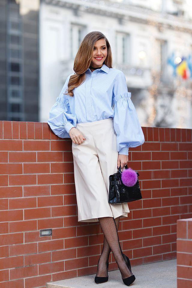Меховой брелок на сумке + кюлоты + блуза   Ах, помпоны! Взгляните на этот наряд: молочные кюлоты и голубая блуза создают сдержанный, спокойный образ — даже чуть скучный, чересчур деловой. Согласитесь, хочется разбавить его чем-нибудь ярким. Милый сиреневый помпон в данном случае — как раз то, что нужно.  О чем нужно помнить? Если вы соберете целую коллекцию помпонов или хотя бы два-три, то ваша любимая черная кожаная сумка каждый день будет смотреться абсолютно по-разному.  #artstoria #look…