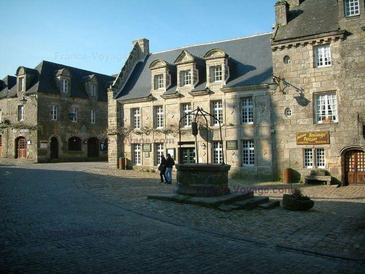 Locronan: Centrale piazza lastricata con un vecchie case così belle e fatte di pietra (granito) - France-Voyage.com