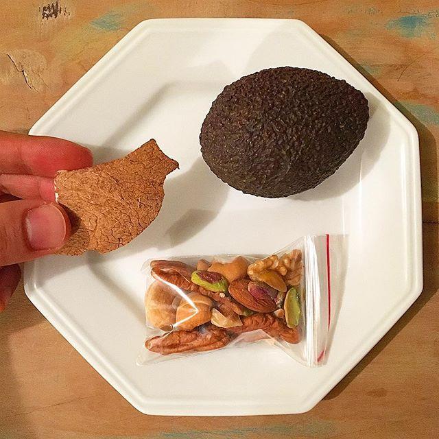 Avocado + mix de castanhas e sementes + coco!!! Ceia de baixo índice glicêmico, alto teor de fibras, boa distribuição de gorduras e alta concentração de fitoquímicos. Essa é uma composição ideal para o horário! Essas castanhas já deixo pesadas em porções de 35g e separadas para a semana; o coco, quebro, corto, separo em porções de 30g e congelo também nessas embalagens de zip. Ainda vou tomar um chá de erva cidreira com própolis. 😉👍 #NutricaoEficiente