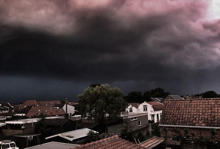 Donkere luchten boven Brouwershaven