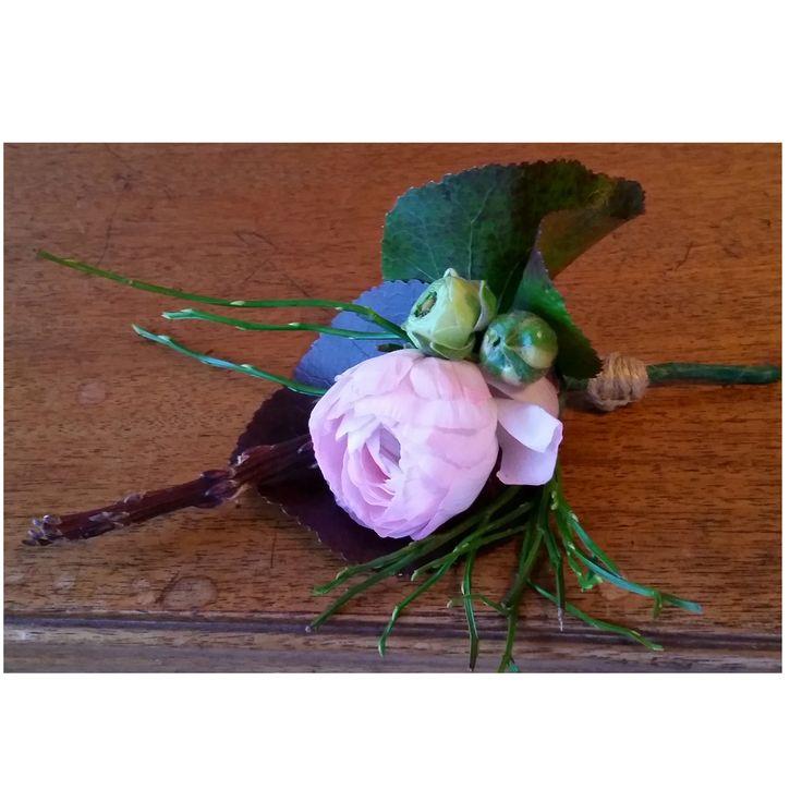 Corsage med rosa ranunkel #corsage #ranunkel #rosa #bröllopsblommor #knapphålsblomma #weddingflowers #systerblom
