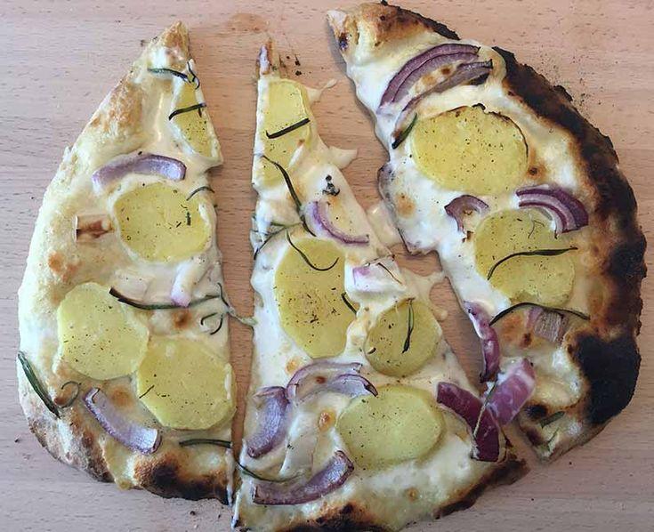 """Sain testiin uuden MyPizzagrillin. Tehokas pizzagrilli tulee olemaan tämän kesän hitti ainakin meidän perheessä. Myös naapurin grillimaisterit ovat käyneet ahkerasti ihmettelemässä mun uutta """"lelua"""". MyPizzagrillillävoi tehdä paljon muutakin kuin pelkkää pizzaa. Korkean lämpötilan (300-350°c) ansioista grillissä valmistuu nopeasti myös erilaiset naanleivät, pitaleivät ja tortillalätyt. [MyPizzaBanner] Tähän pizzaan ei tule tomaattikastiketta ollenkaan. Pohjan päälle levitettävä…"""