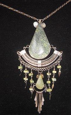 #Halskette mit einem Anhänger aus #Alpakasilber und gruenen Steinen, #Folkloreschmuck