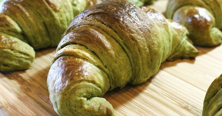 Croissants de té verde matcha   - Ingredientes:  500 g harina de media fuerza  40 g azúcar  8g de polvo de té matcha  10 g sal  250 ...