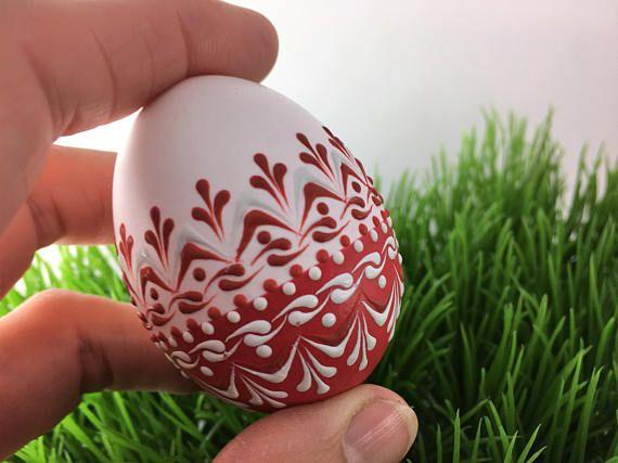 Dies ist ein Huhn Ei Pysanka in rot und weiß mit Wachs verziert. Um dieses Ei zu erstellen, benutze ich die stecknadelkopfgroßen Methode auch bekannt als die stecknadelkopfgroßen Tropfen-und Pull-Methode. Bei dieser Methode wird hauptsächlich in Polen, der Tschechischen Republik, Slowenien
