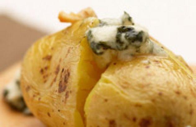 Gebakken aardappelen met blauwe kaas