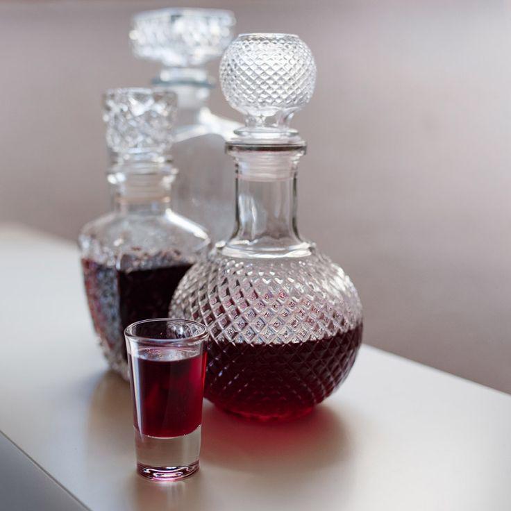 Nalewka na jagodach - nalewka o smaku jagód, aromatyzowana cynamonem i skórką pomarańczy. Jak zrobić nalewkę?