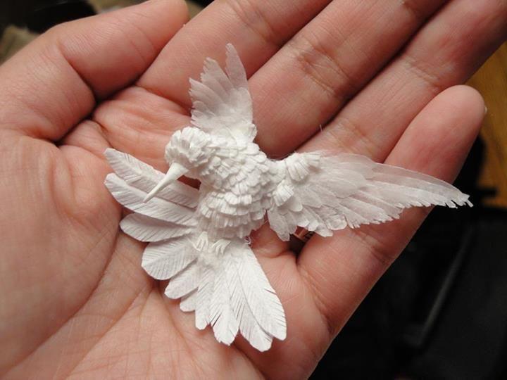 Η ομορφιά θα σώσει τον κόσμο. Κολιμπρί φτιαγμένο από χαρτί με αψεγάδιαστες λεπτομέρειες. © Cheong-ah Hwang