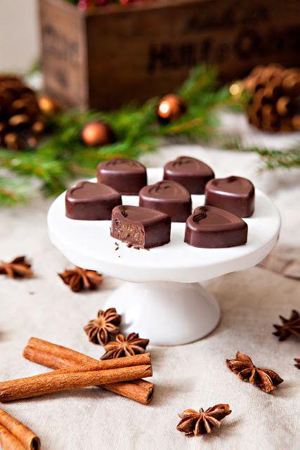 Chokladhjärtan fyllda med pepparkakskaramell // Chocolate filled with gingerbread caramel - Looks and sounds amazing!