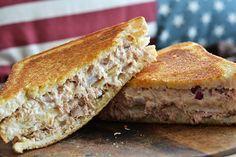 De Tuna Melt, een van de bekendste Amerikaanse sandwiches en hierdoor kan het recept voor deze tosti uiteraard niet achterblijven in Fastfood Friday.