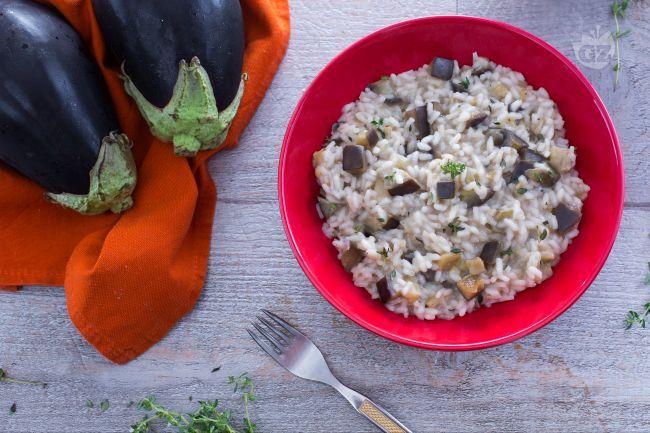 Il risotto alle melanzane è un primo piatto irresistibile, che fa incontrare le melanzane con il riso: un'alternativa sfiziosa alla classica pasta.