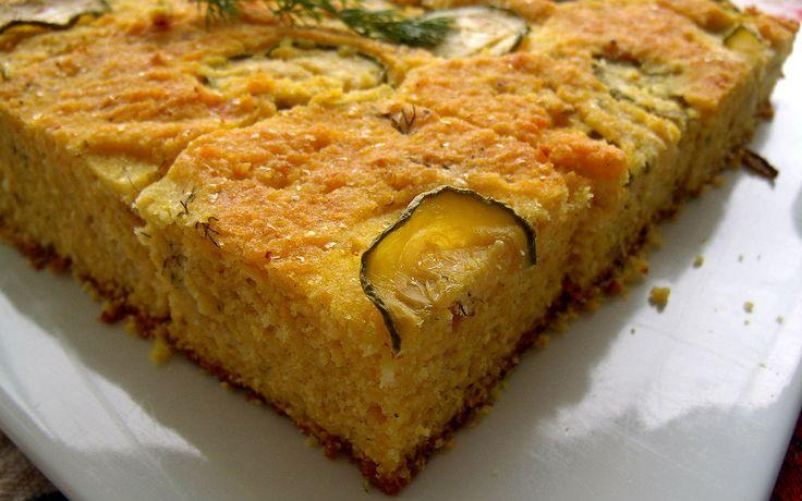 Mısır unu keki, mevsim sebzelerinden kabakla birleşip keke dönüşüyor. Unutmadan: Tuzlu kekler, çay saatlerinde böreğe alternatif olabilecek ikramlıklar.