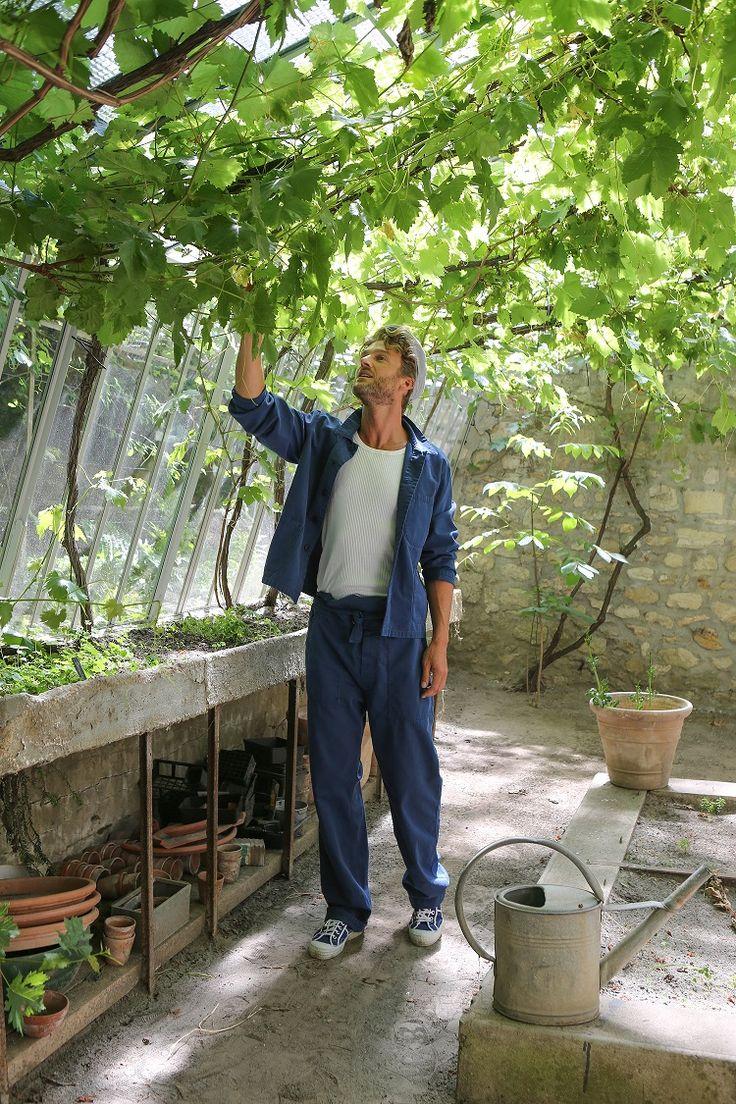veste de travail en toile de coton bleu débardeur à côtes Richelieu en coton blanc salopette en coton chevron bleu