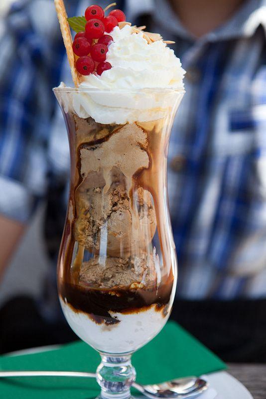 chocolate ice cream sundae