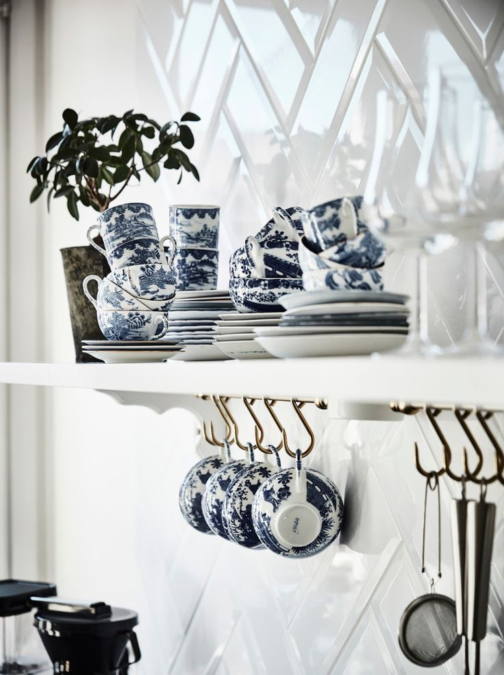 The dish set exposed on a shelf, and the cups hung on big hooks right over the kitchen balcony, are details that certainly don't go unnoticed. #interiordesign #home http://www.inthemoodfordesign.eu/wordpress/2016/05/13/parete-divisoria-in-vetro/