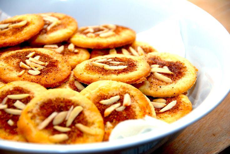 Den bedste opskrift på jødekager, der bages med hjortetaksalt. Det gør jødekagerne mere sprøde, og kagerne pyntes med kanelsukker og mandler.