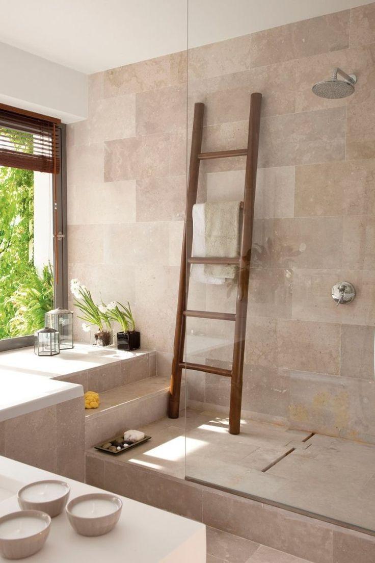 sèche-serviette tubulaire et douche avec parois en verre dans la salle de bains