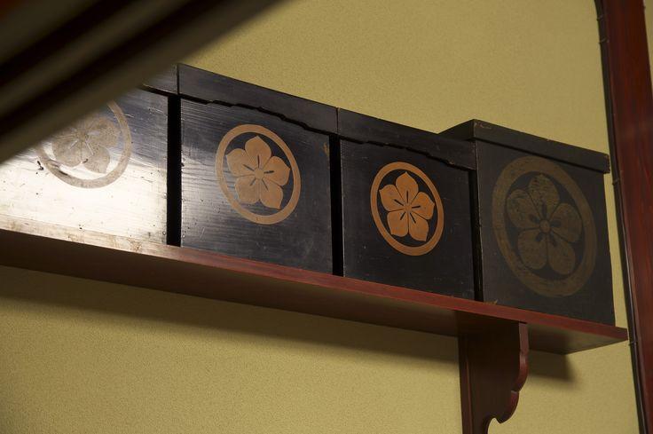 家紋入の蝋燭入箱。  停電等非常時に提灯として使用していました。
