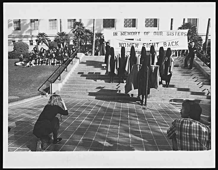 looking: In Mourning and In Rage media performance at Los Angeles City Hall, December 13, 1977, Suzanne Lacy and Leslie Labowitz-Starus. @CTSart #art