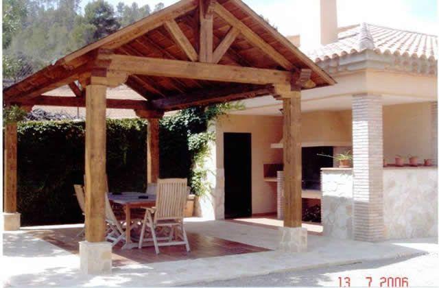 Porche de madera a dos aguas caba a en 2019 backyard for Choza de jardin de madera techo plano