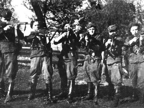 """Rok 1947. Żołnierze PAS Okręgu NZW Białystok z oddziałów por. """"Ciemnego"""" i por. """"Zbycha""""."""